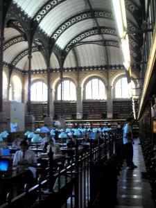 Bibliotheken haben ihren ganz eigenen Charme (hier: die Bibliothek Sainte-Geneviève in Paris).
