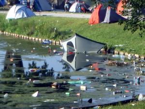 Zelt im See - das kann auf Festivals schon mal passieren!