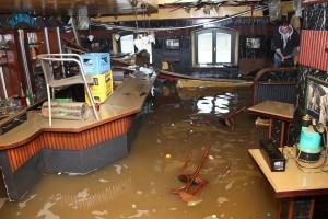 Eine durchs Hochwasser verwüstete Bar in Passau