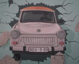 Der Trabi, der durch die Mauer fährt - ein bekanntes Motiv der East Side Gallery (Foto: Julia Radgen)