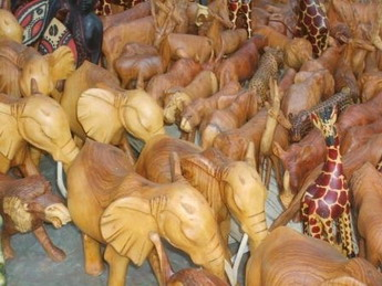 wooden_elephats_at_the_bazzar_bildgre_ndern
